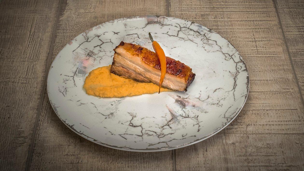 Piept de porc la cuptor cu piure de morcovi infuzat cu anason si morcovi tineri caramelizati cu reductie de otet balsamic