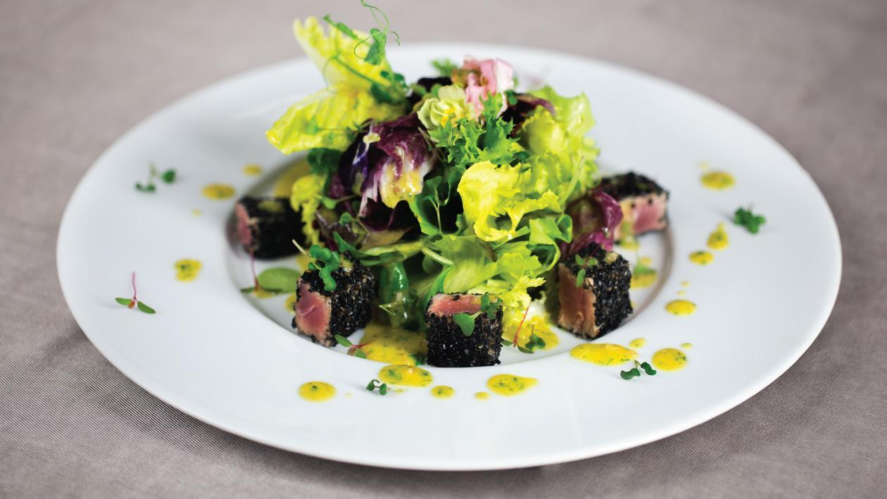 Salata cu ton in crusta de susan negru