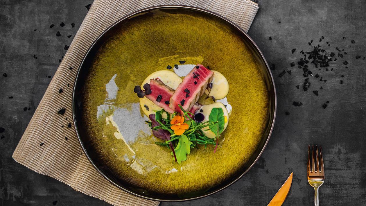 Salata cu ton rosu si sos de miere cu mustar