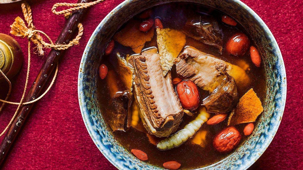 Supa de coasta de porc, usturoi negru si curmale rosii