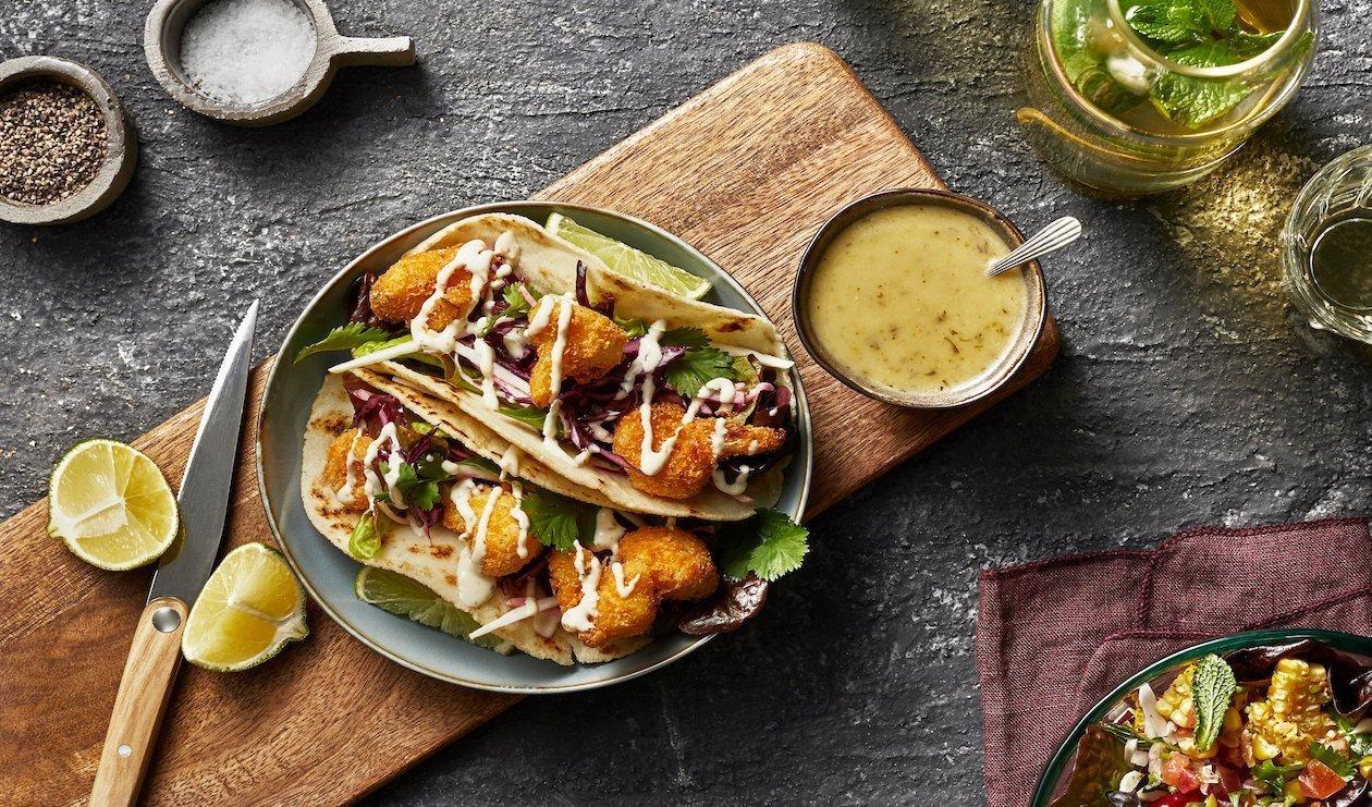 Taco vegan cu conopida prajita, salata de mango verde si sos picant