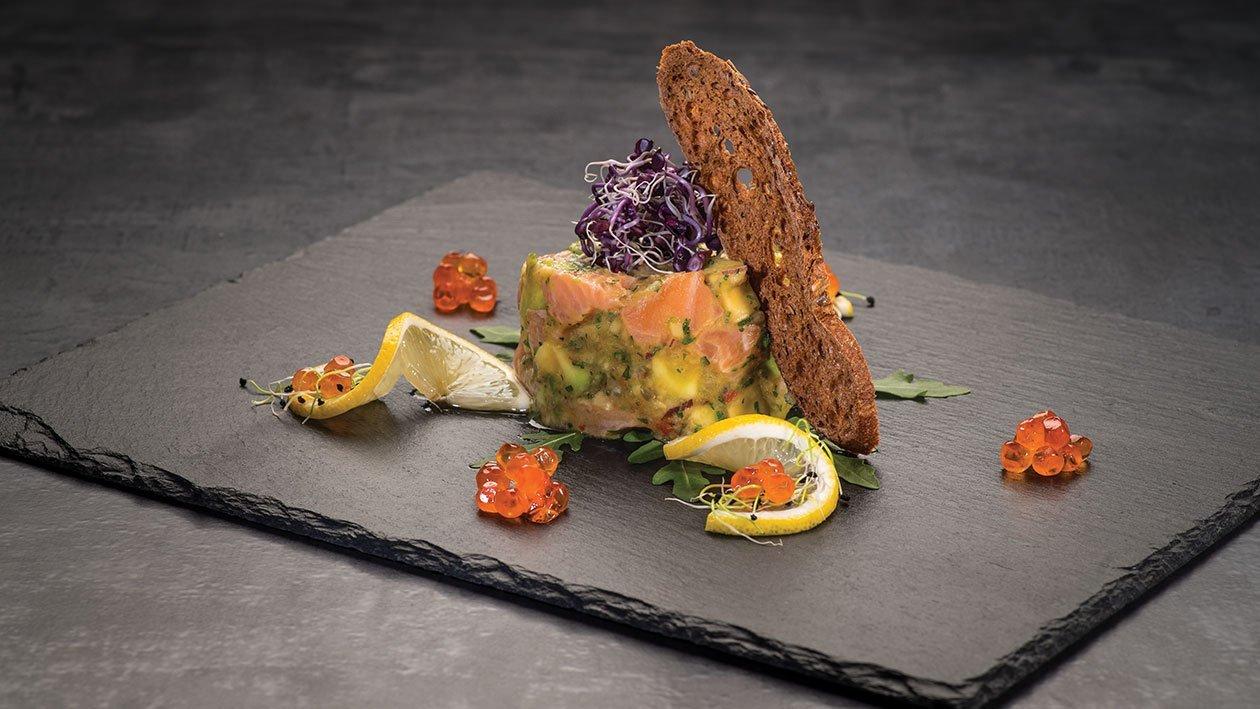 Tartar cu somon si avocado cu sos de stridii