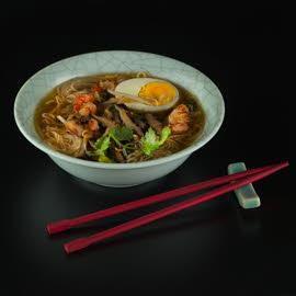 Азиатский суп с креветками, курицей и яйцом