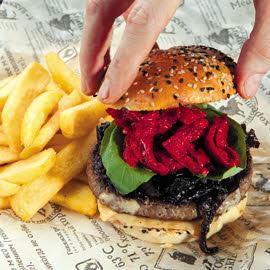 Бургер с карамелизированным луком и вялеными томатами
