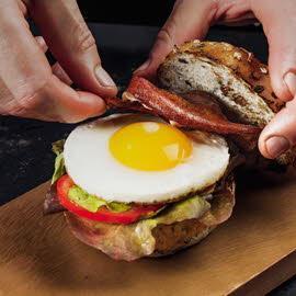 Бургер с хрустящим беконом и яйцом