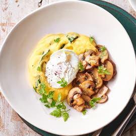 Полента со шпинатом, грибами, яйцом-пашот и соусом
