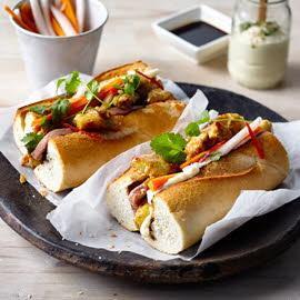 Сендвич с паштетом, курицей и маринованными овощами