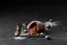 Шоколадный фондан с черникой