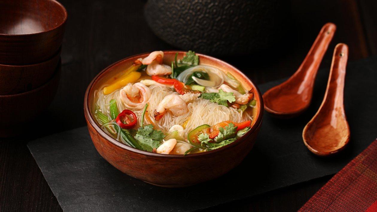 Азиатский суп с лапшой и креветками
