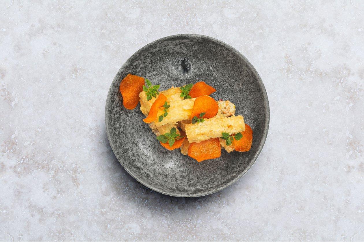 Кабачки в темпуре с чипсами из батата и соусом ремулад