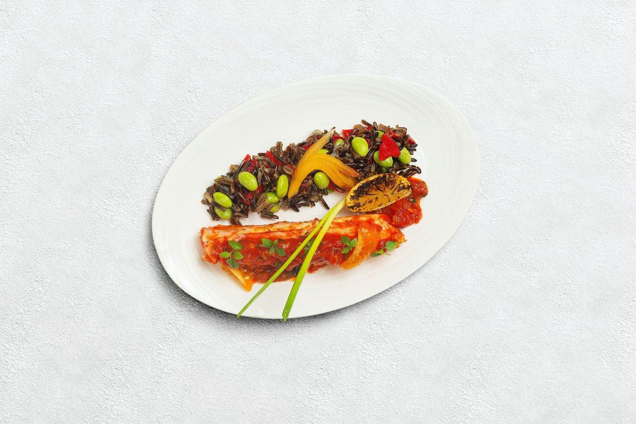 Краб по-сингапурски с диким рисом и эдамаме
