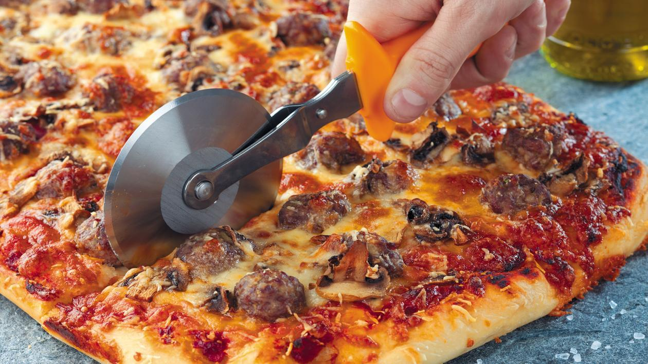 Пицца с фрикадельками и грибами