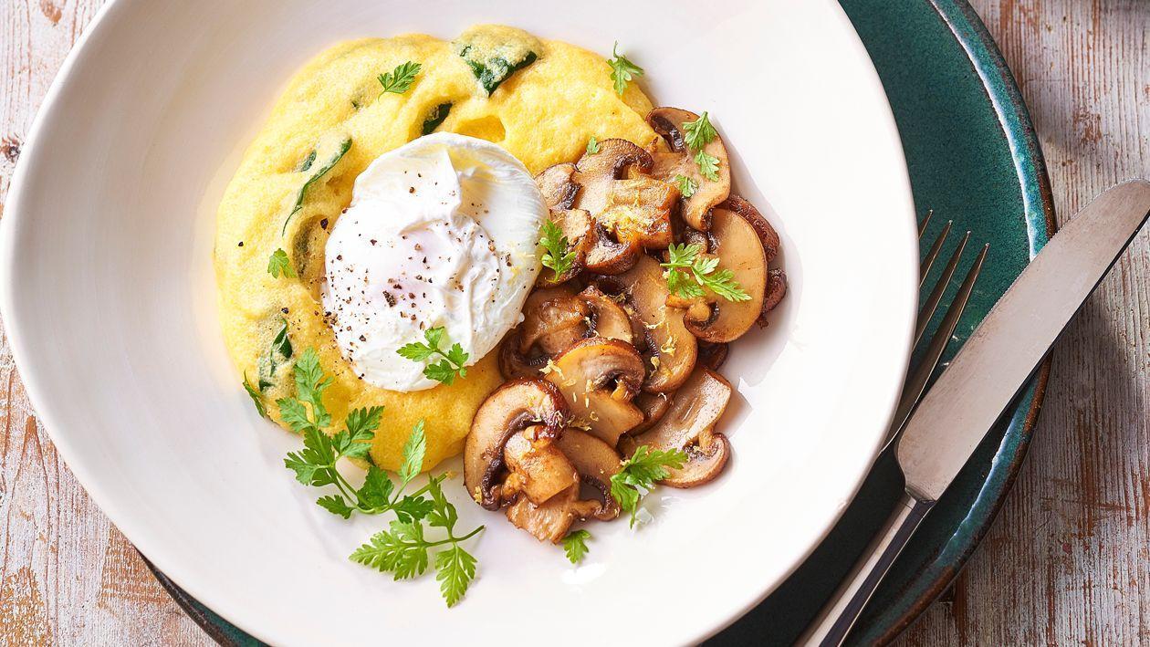 Полента со шпинатом, жареными грибами, яйцом-пашот и голландским соусом