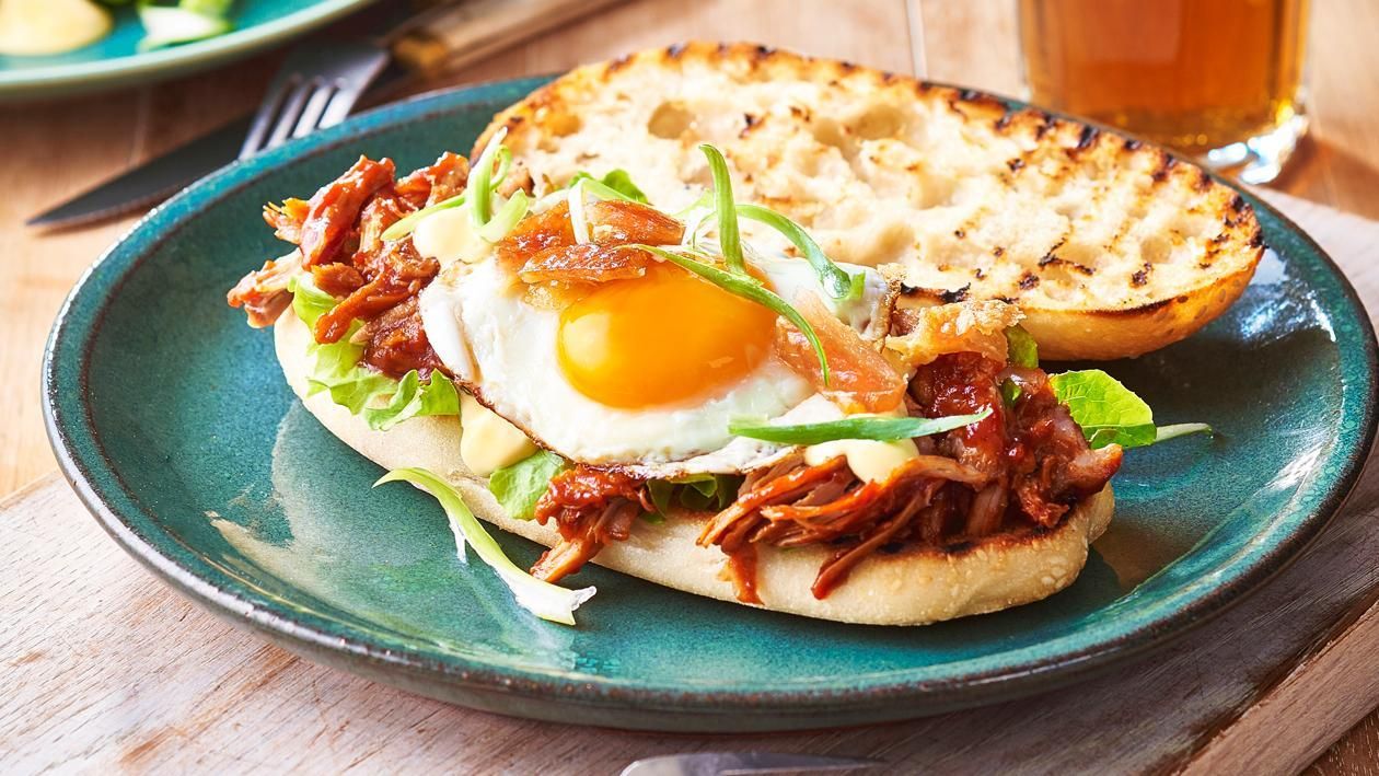 Сендвич с тушеной свининой и яйцом