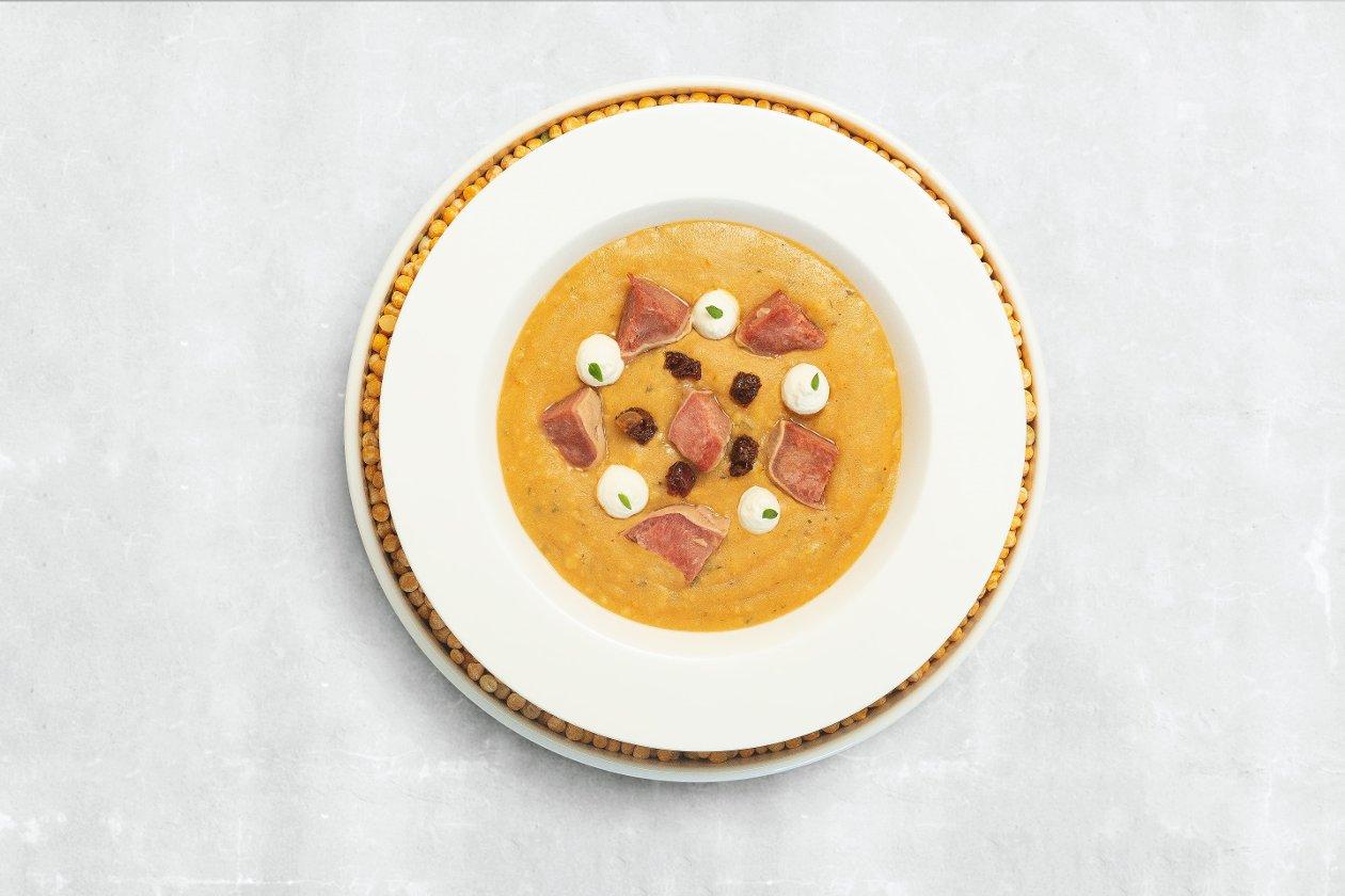 Суп гороховый с копченым говяжьим языком и кремом из хрена