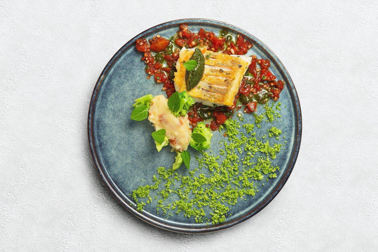 Филе судака с картофельным кремом, с вялеными томатами и соусом вьерж