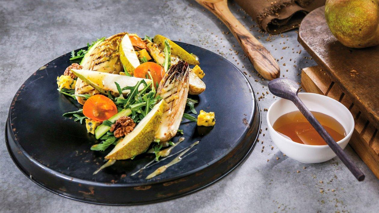 Салат з цикорієм-гриль, грушою та волоськими горіхами в медово-гірчичному соусі – Рецепти