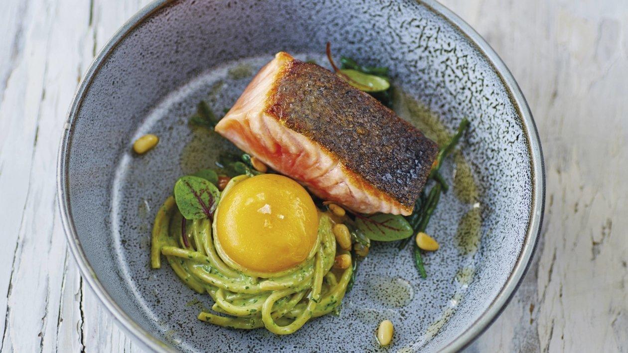 Спагетті з соусом песто і лососем – Рецепти