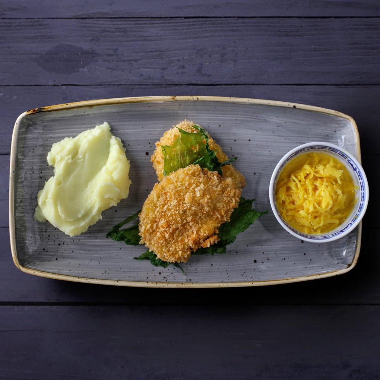 Шніцель зі свинини з картопляним пюре, тушкованою капустою і карі – Рецепти