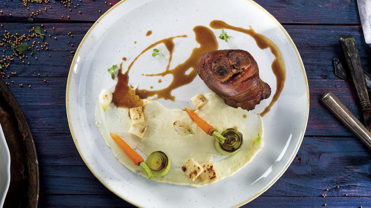 Bravčové koleno sous-vide pripravené po bavorsky so zemiakovo-špargľovou kašou