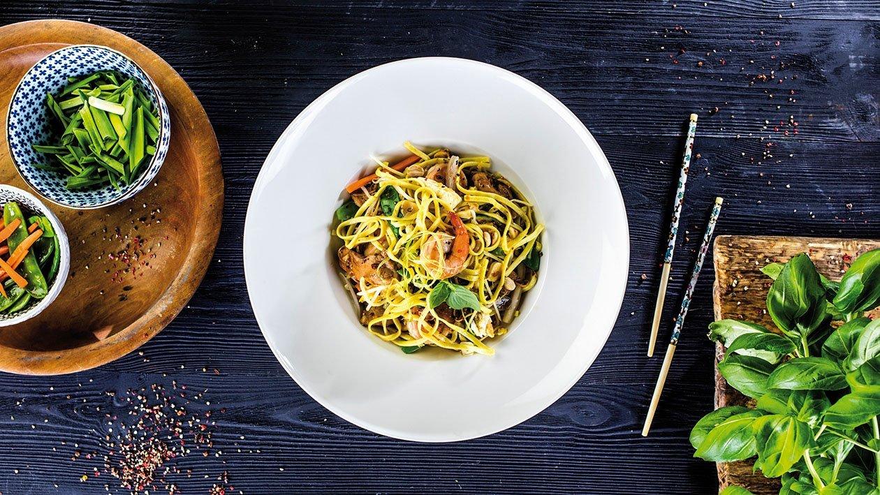 Cestoviny stir-fry s kuracím mäsom a krevetami