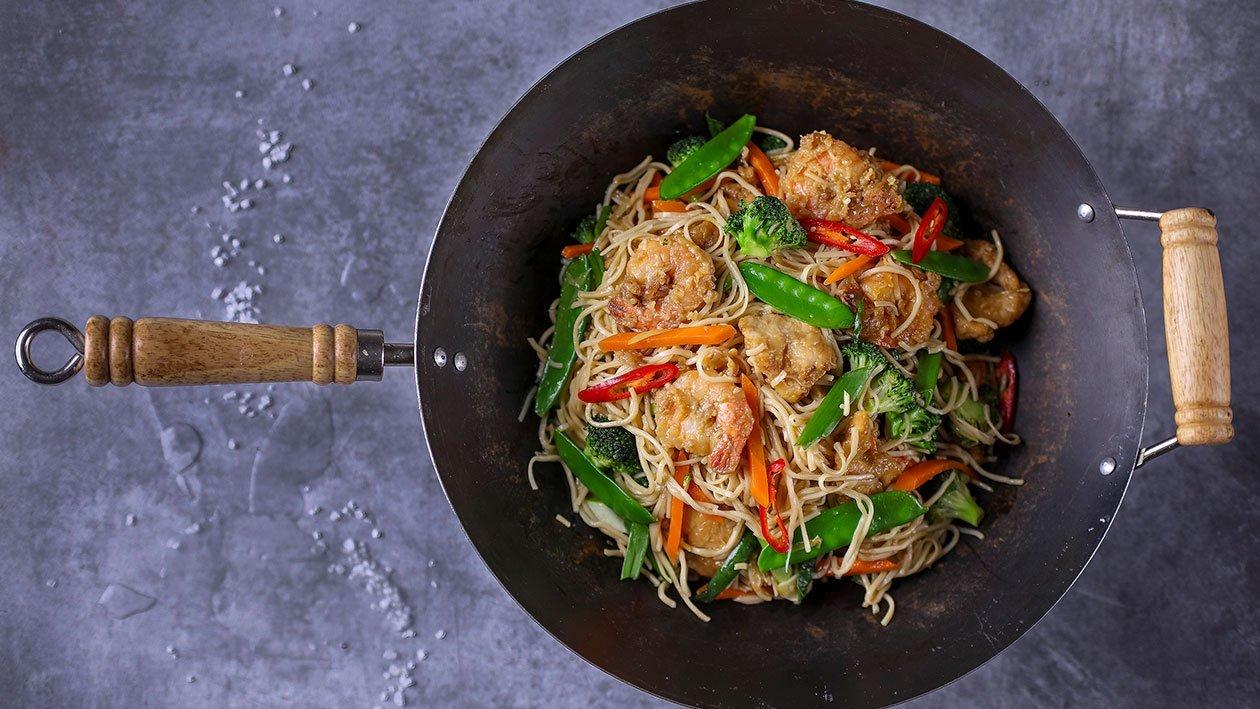 Chow mein – vyprážané cestoviny s kuracím mäsom a krevetami