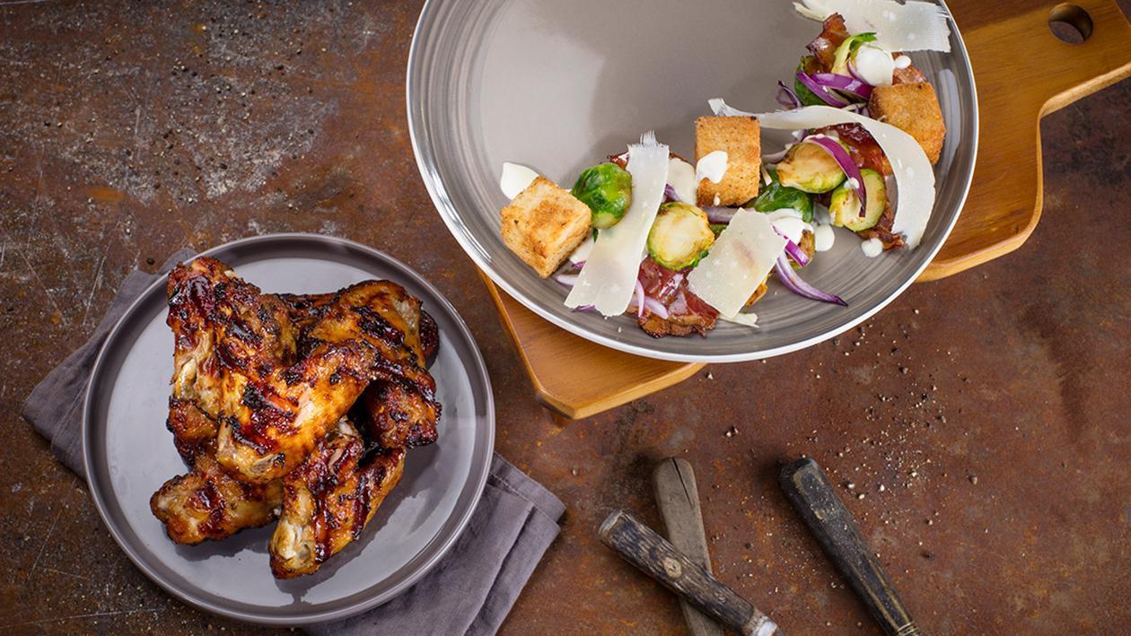 Grilované morčacie krídla s medovo-horčicovou omáčkou a šalátom Caesar s opečeným ružičkovým kelom