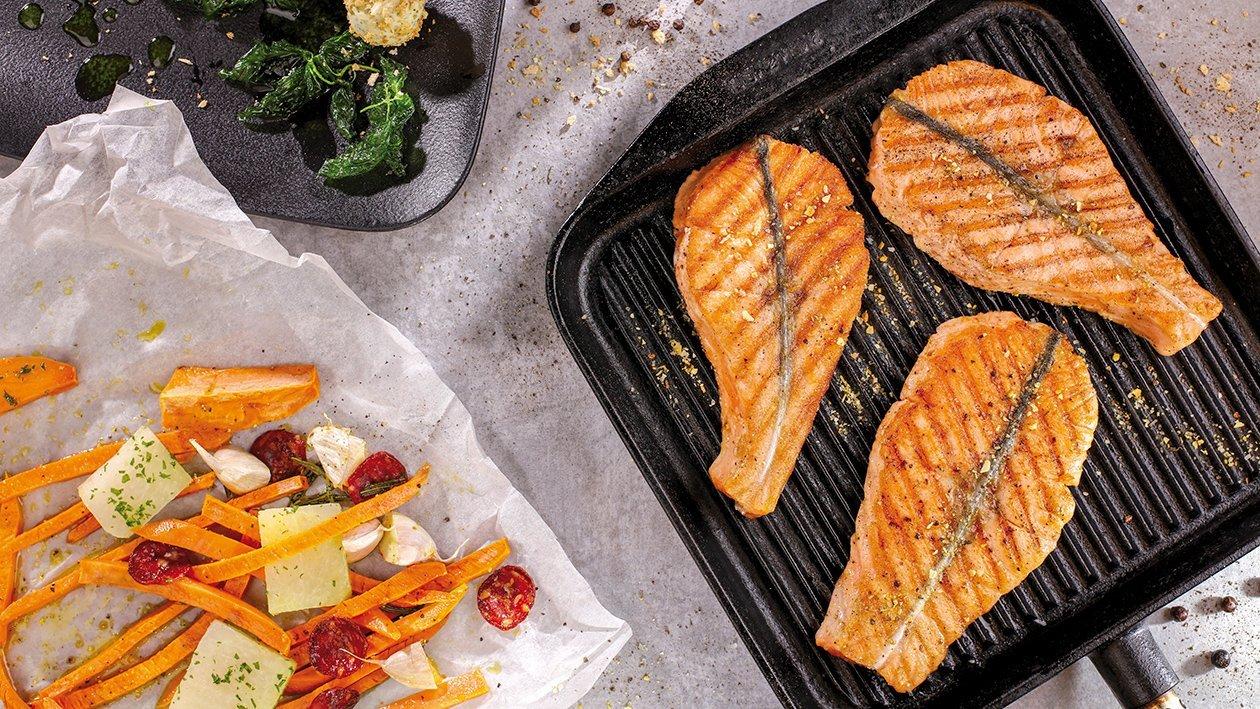 Grilovaný losos podávaný s kalerábom a chorizom