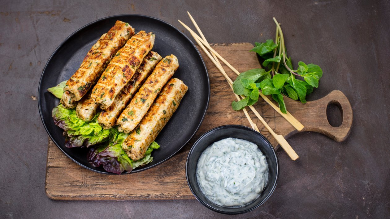 Kebab na špíze s mätovou omáčkou a arabským chlebom