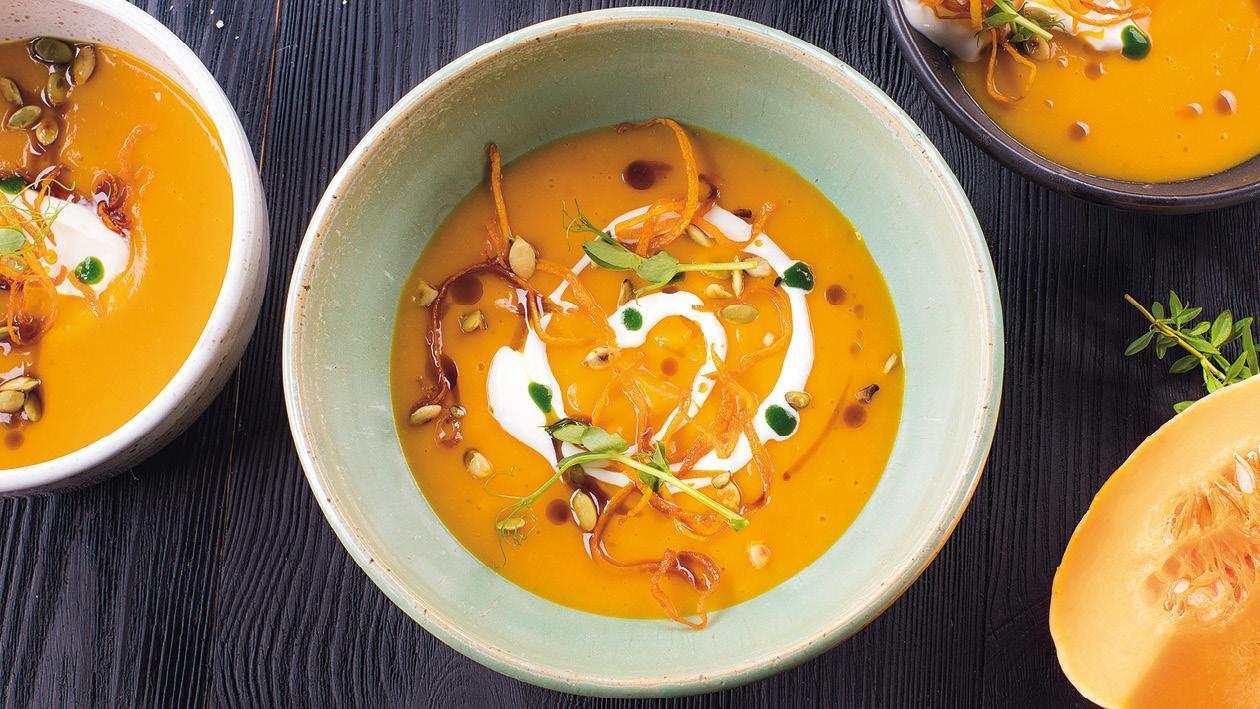 Krémová dyňová polievka s broskyňou, s pridaním kokosového mlieka a curry