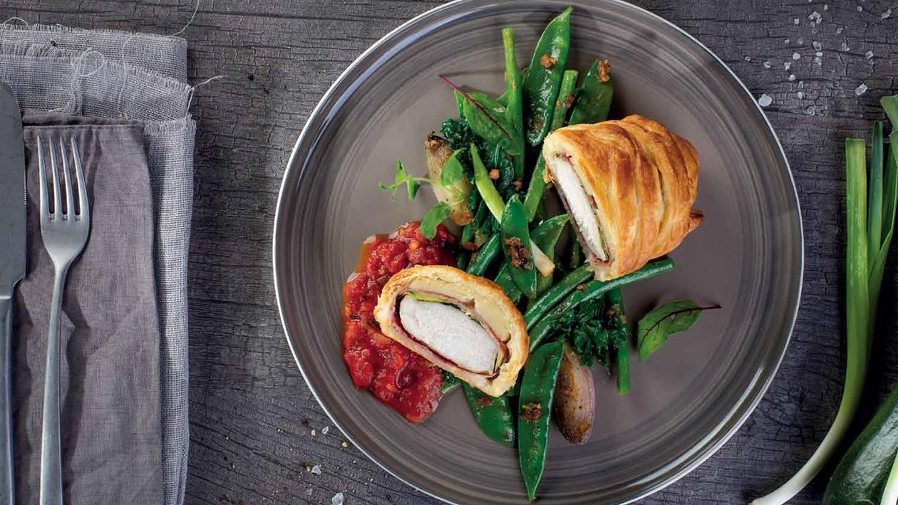 Kura v lístkovom ceste s pikantnou paradajkovo - paprikovou omáčkou a glazovanou zeleninou