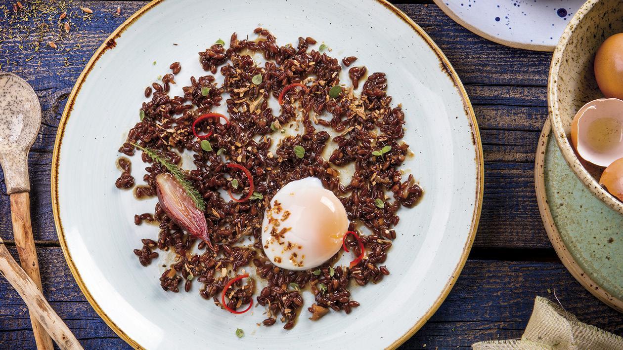 Kvasená červená pšenica s hubami   a vareným vajíčkom