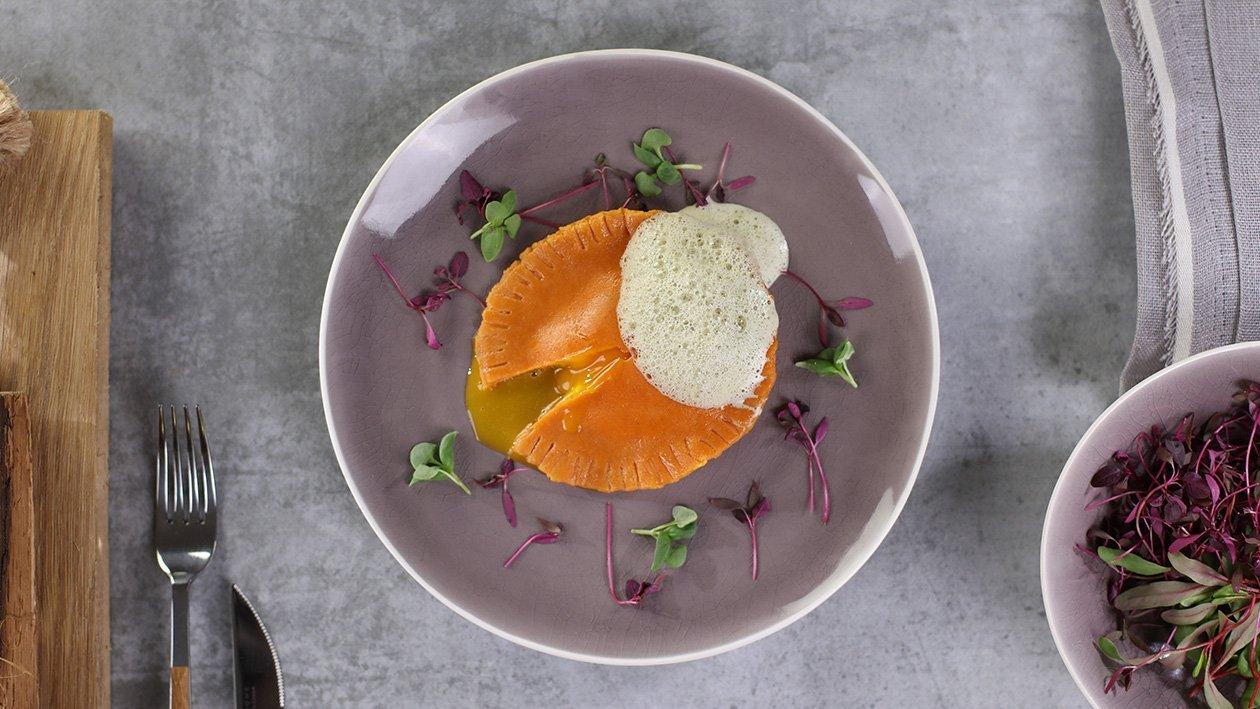 Paradajková raviola plnená bryndzou ,vaječným žĺtkom a bazalkovou penou
