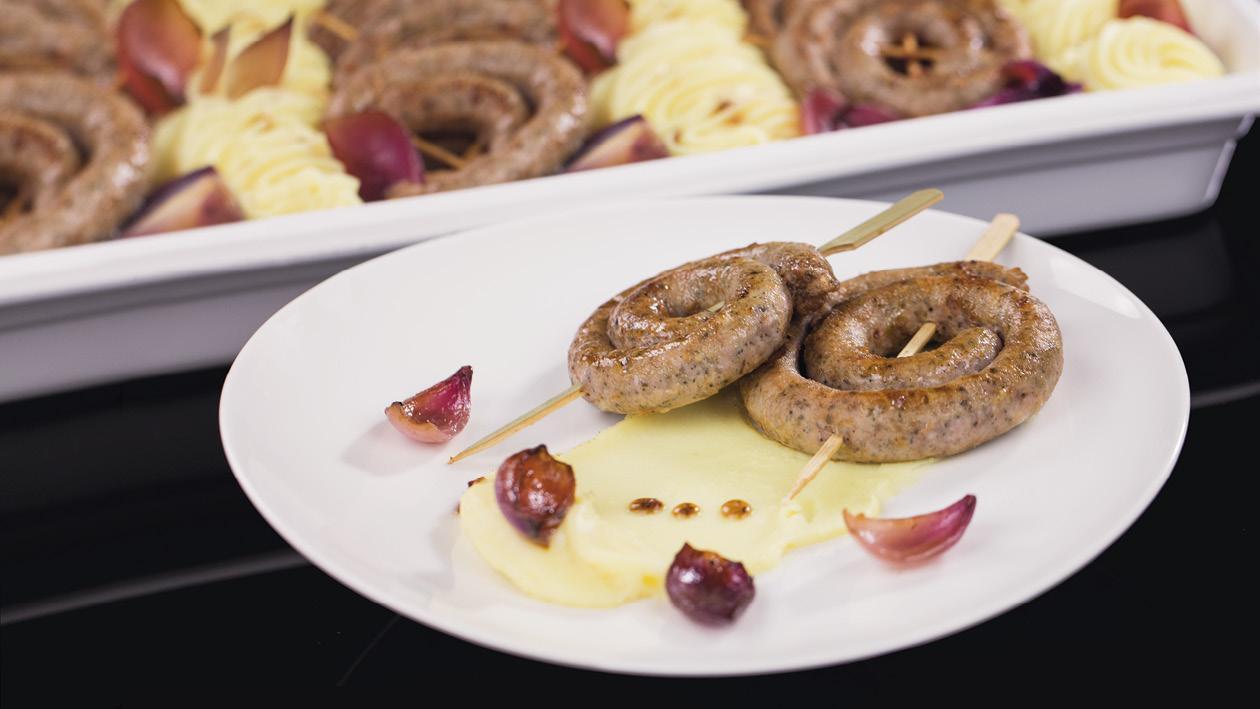 Pečená vínna klobása s jemnou zemiakovou kašou a červenou cibuľou
