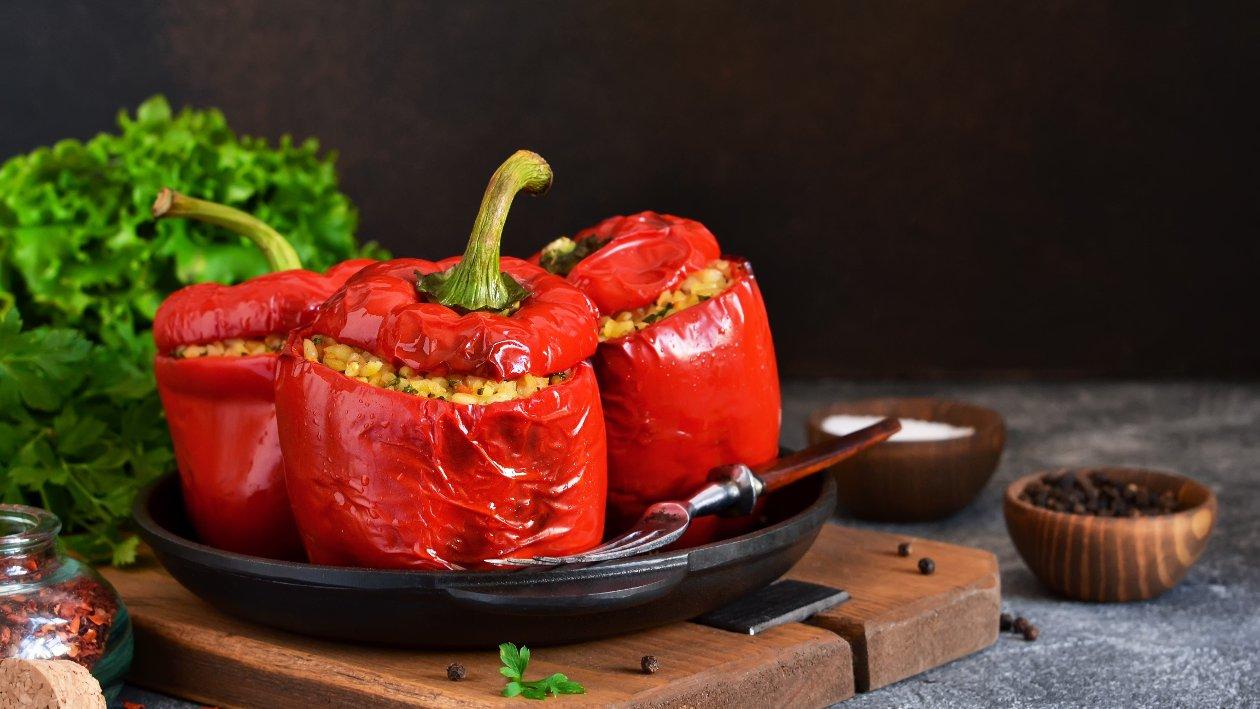 Pečené plnéné farebné papriky v paradajkovej omáčke