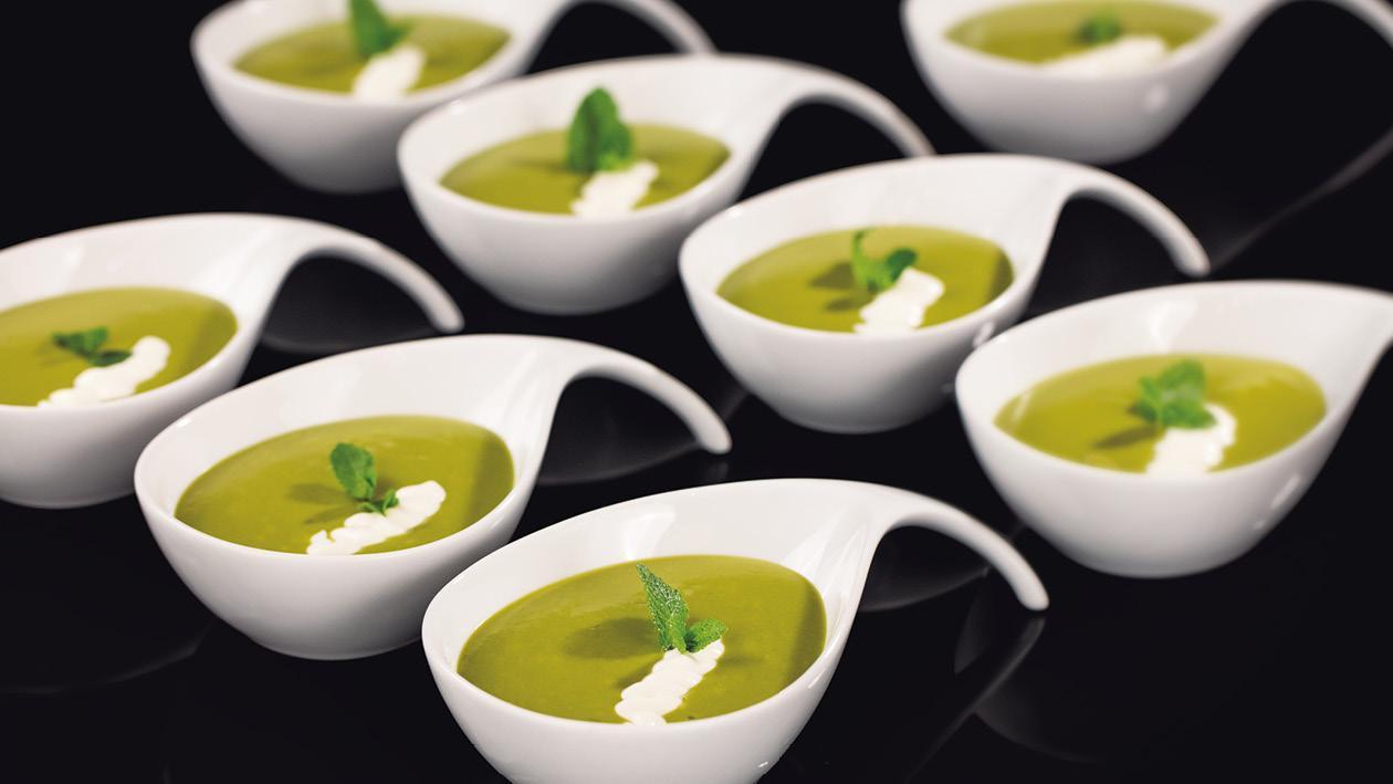 Polievka zo zeleného hrášku a kyslou smotanou