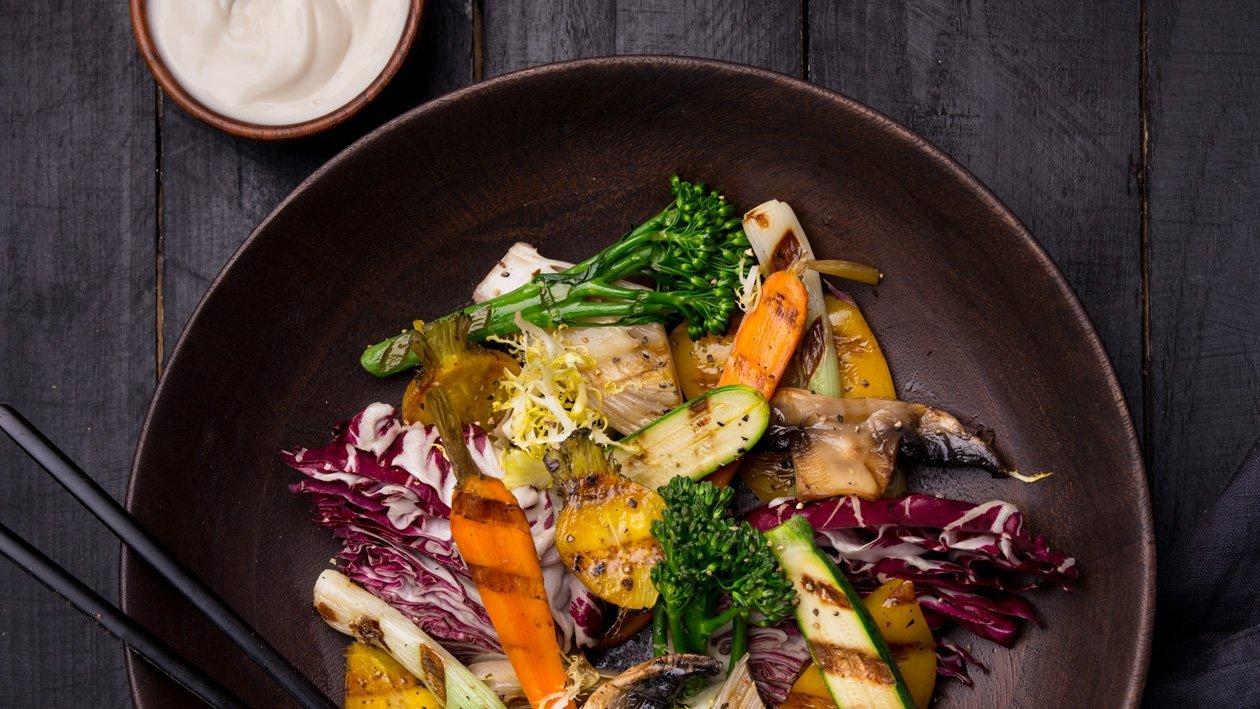 Šalát z grilovanej zeleniny s Caesar dresingom