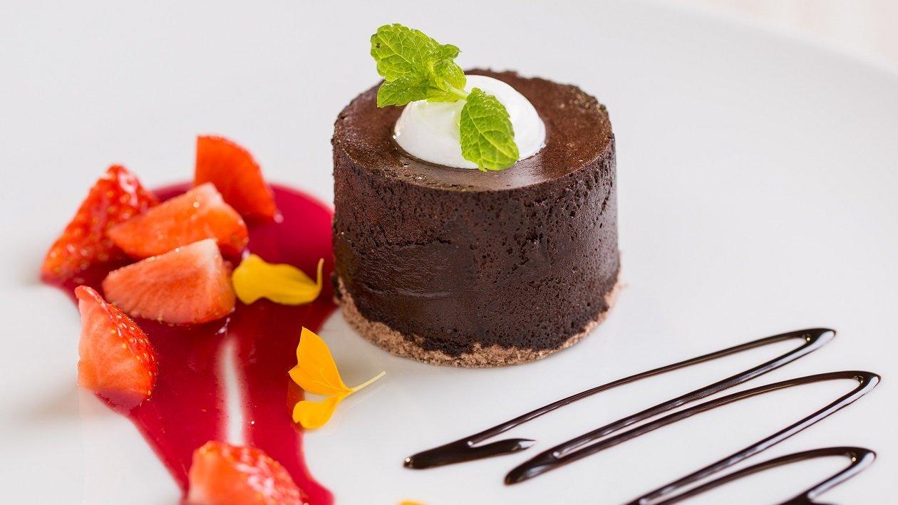 Čokoladni kolač z jagodnim prelivom