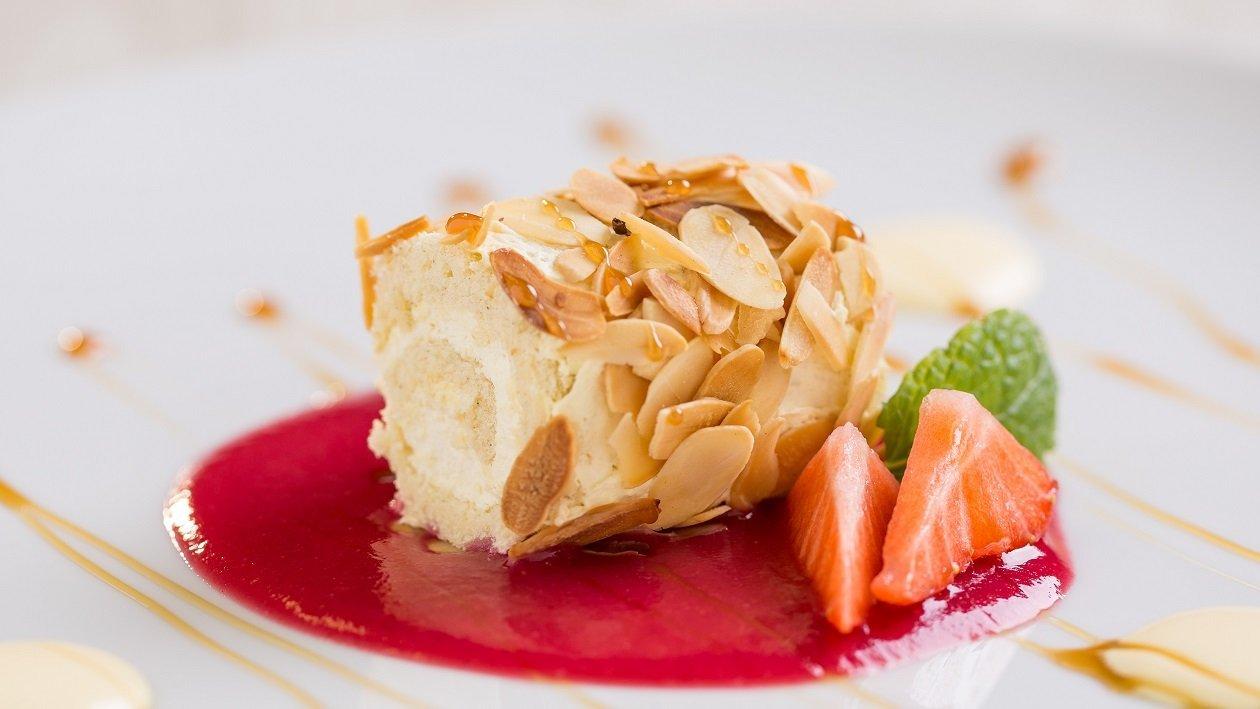Mini rolada z mandljevimi lističi in jagodnim prelivom