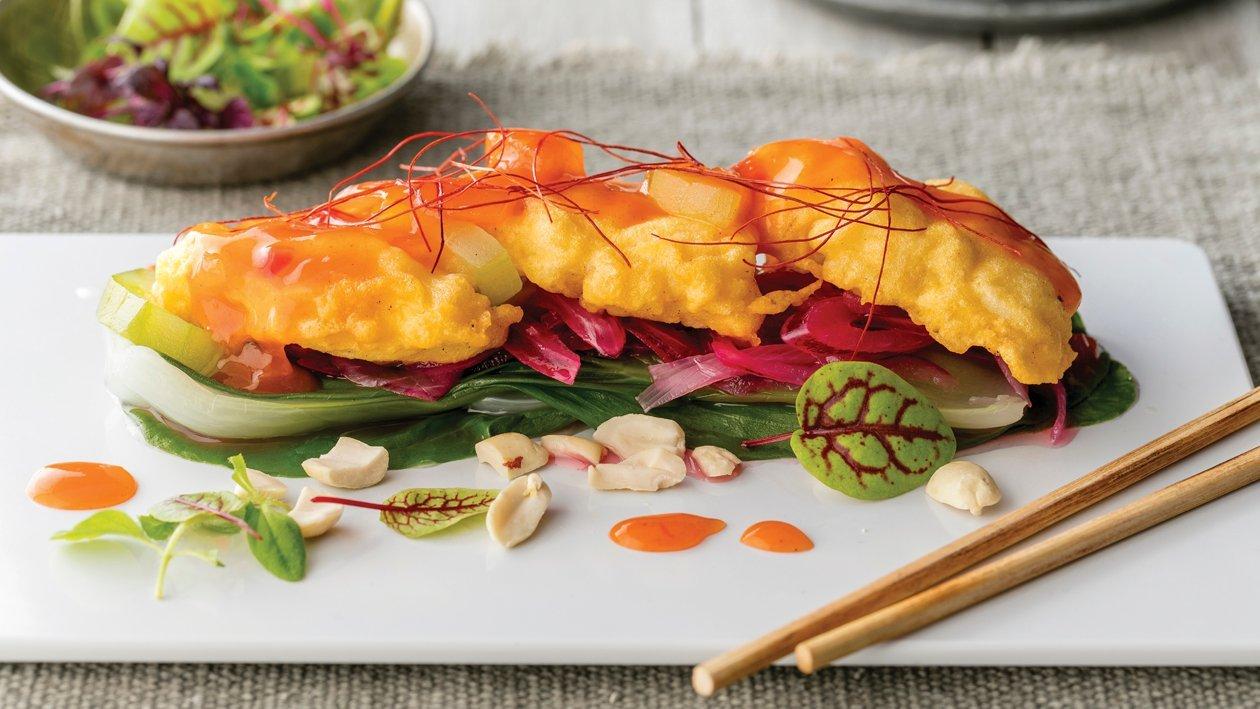 Ocvrti fileji ostriža na Pak Choi zelenjavi