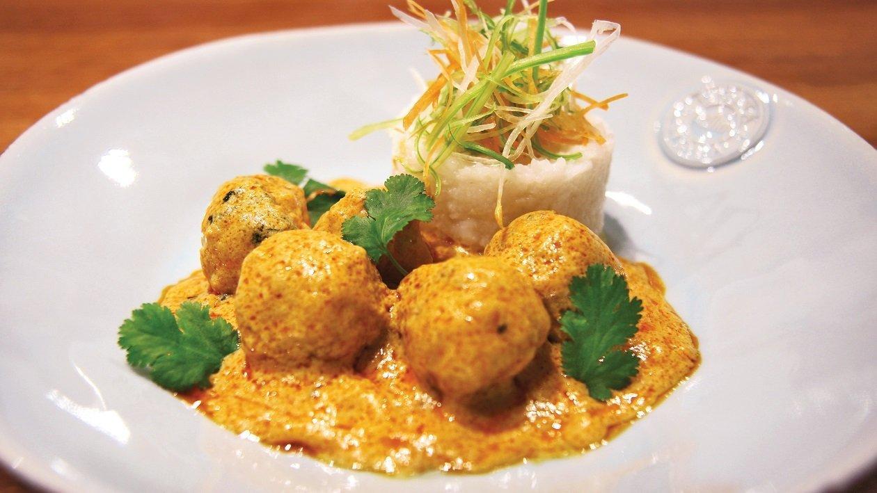Rdeči Thai curry s piščančjimi kroglicami