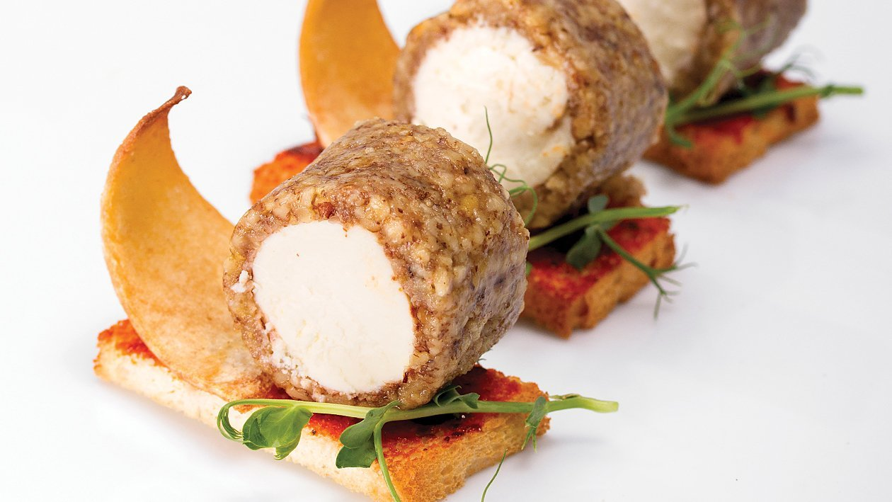 Rolada kozjega sira na kruhu z rdečim pestom