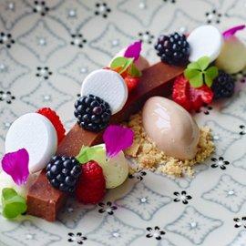 Chokladpastej med färska bär och chokladglass