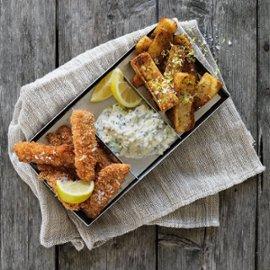 Fiskpinnar deluxe med tartarsås med pommes frites och citronsalt