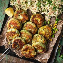 Majs, bön- och potatiscakes med krämig kålsallad