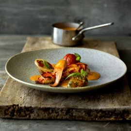 Stekt hummer, ravioli och tomat