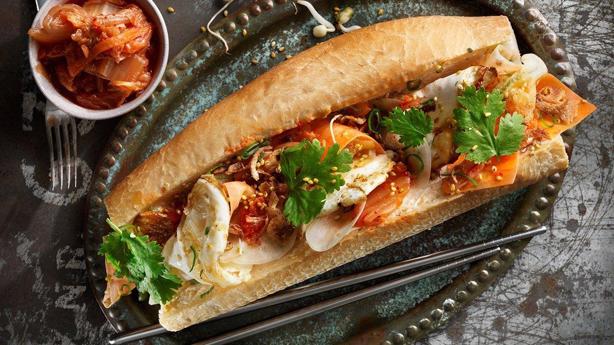 Bahn mi med stekt ägg, rökt chilimajonnäs, kimchi och rättika