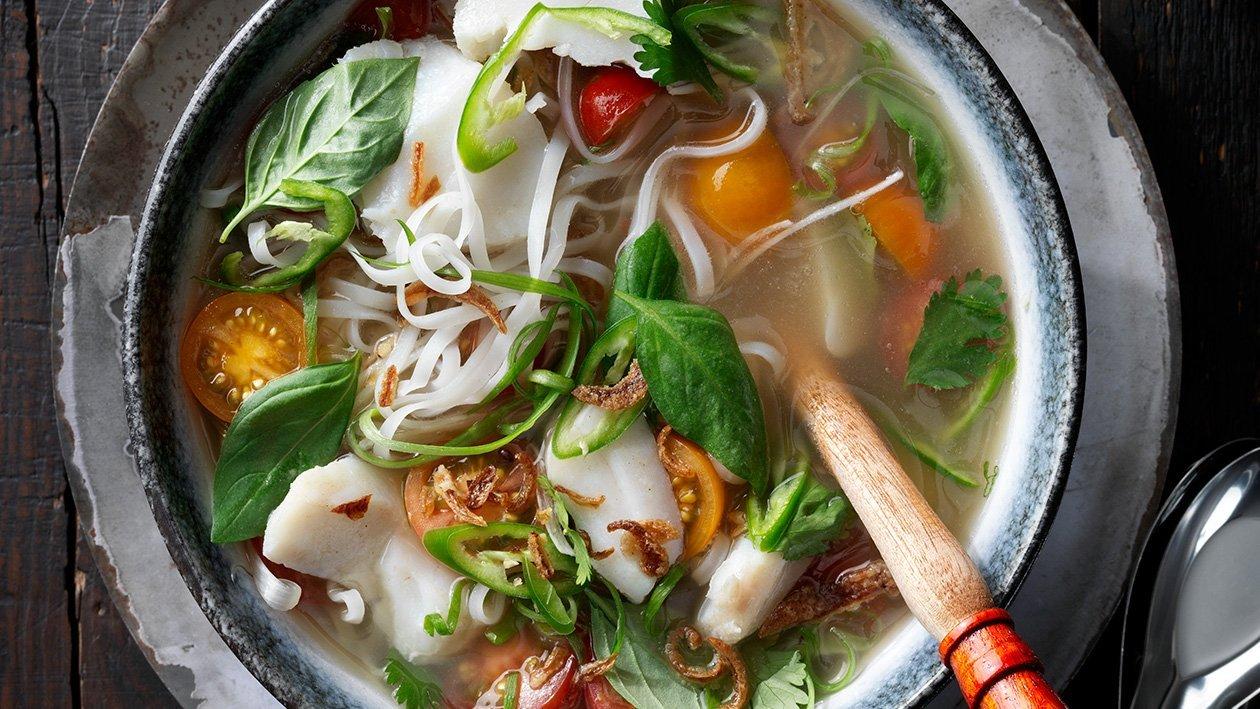 Klar fiskbuljong med torsk och risnudlar