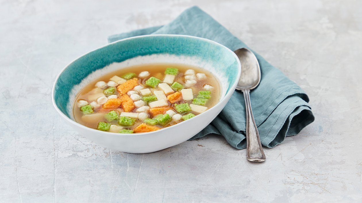 Klar soppa med frikadeller, selleri, ärtor och gulbetor