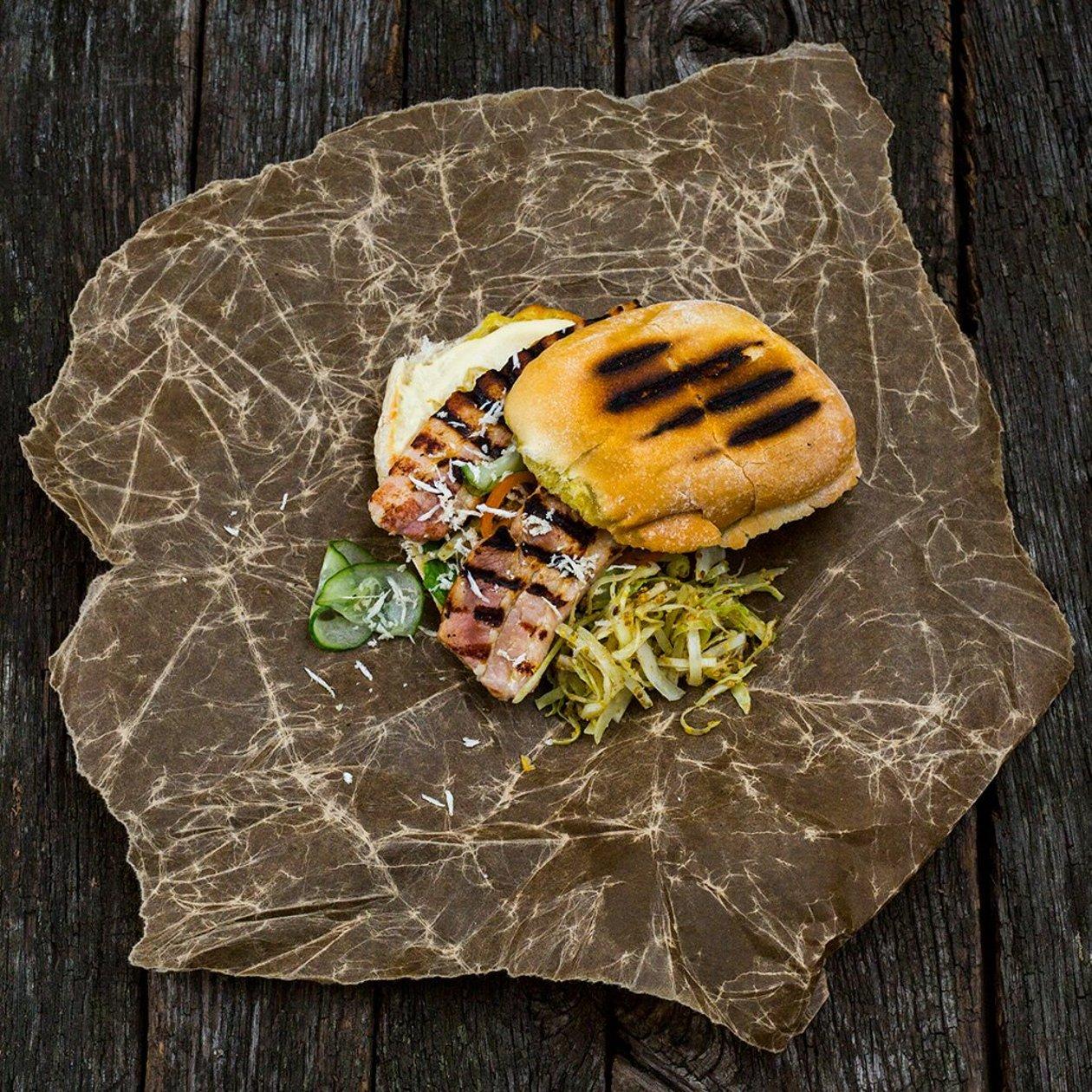 Sandwich med fläsksida, pepparrot, bakad vitkål, pressgurka och Dijondressing